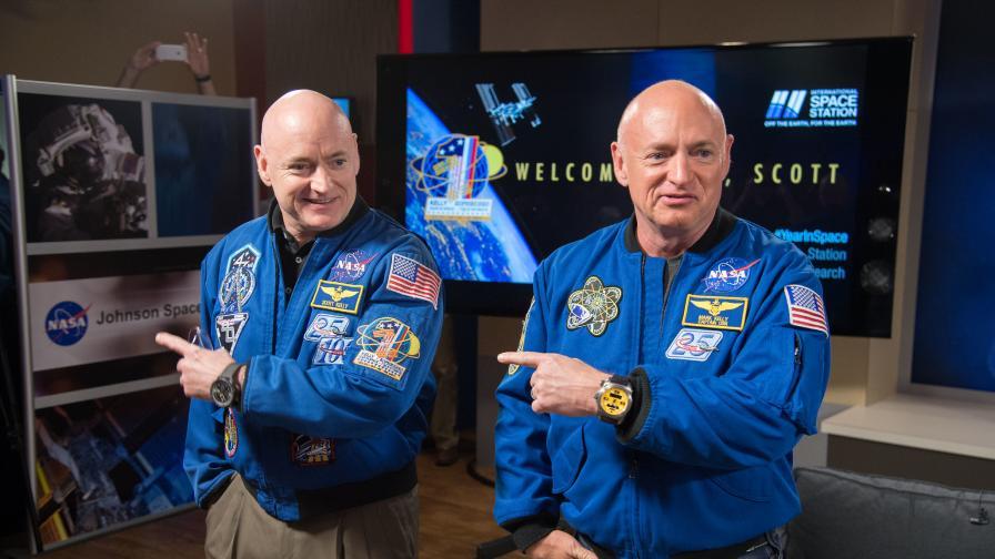 Астронавтите Марк и Скот Кели след завръщането на Скот от мисията си