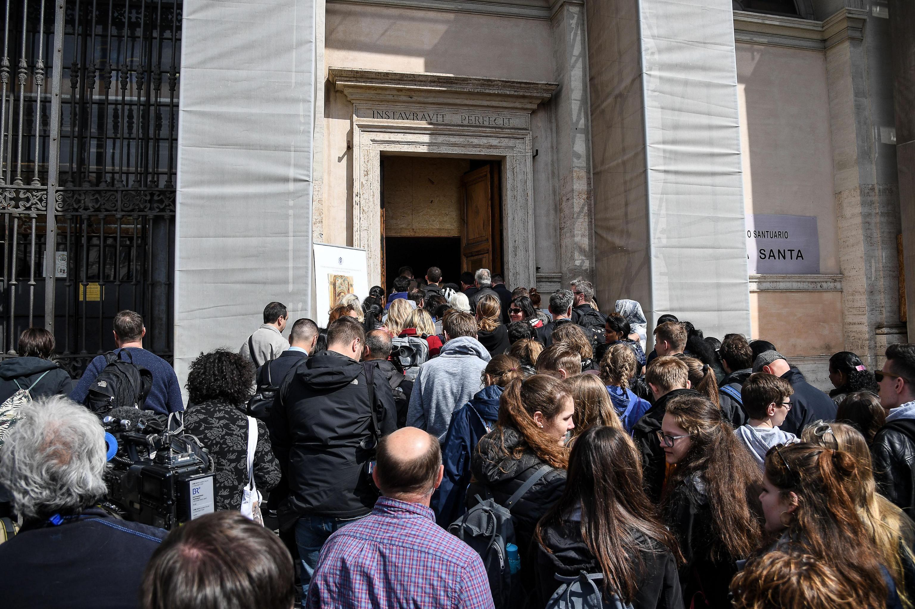 Светите стъпала са 28 на брой. Те са били пренесени от Ерусалим в Рим по времето на император Константин според легенда, която никога не е била потвърдена. През 1723 година мраморната стълба е била покрита с дървен материал, за да не бъде повредена от многобройните вярващи, преминаващи по нея.