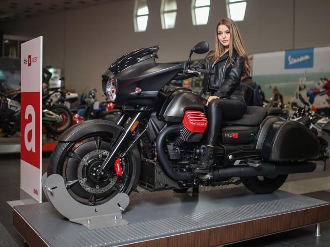 """На Moto Expo 2019 да се видят последните модели на изложените по щандовете 21 марки. И тъй като мощните и бързи мотоциклети вървят с красиви дами, то на всеки един от щандовете посетителите могат да видят и красиви момичета. Ако нямате възможност да посетите """"Асикс Арена"""", ние ще ..."""