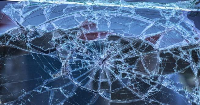 България 19-годишна заспа зад волана, удари две коли Момичето е