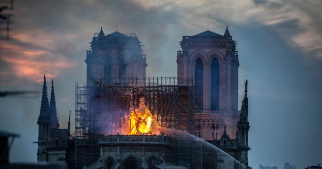Снимка: Нотр Дам пламна, а ние видяхме ли светлината?