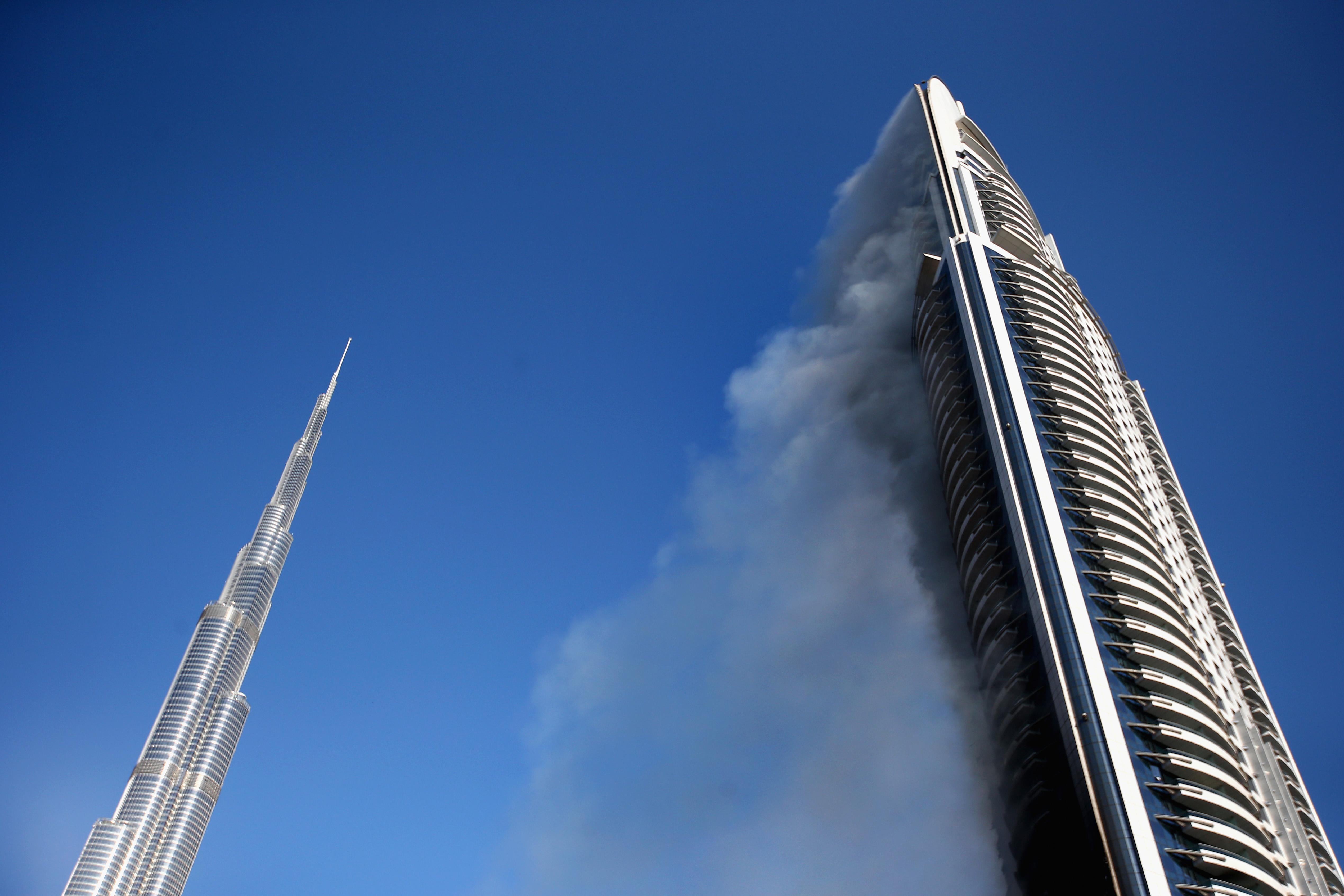 """Навръх 31 декември 2015 г. в Дубай пламна част отхотел """"Адрес Даунтаун"""", който се намира близо до небостъргача Бурдж Халифа. Пожарът обхвананай-малко 20 етажа от хотела. При инцидента най-малко 16 души бяха ранени, мнозинството - леко.Отломки от горящата сградападахана улицата от височина около 300 м. Пожарът, който по-късно се оказа, че е бил причинен от късо съединение,не спря новогодишните празненствата в Дубай."""