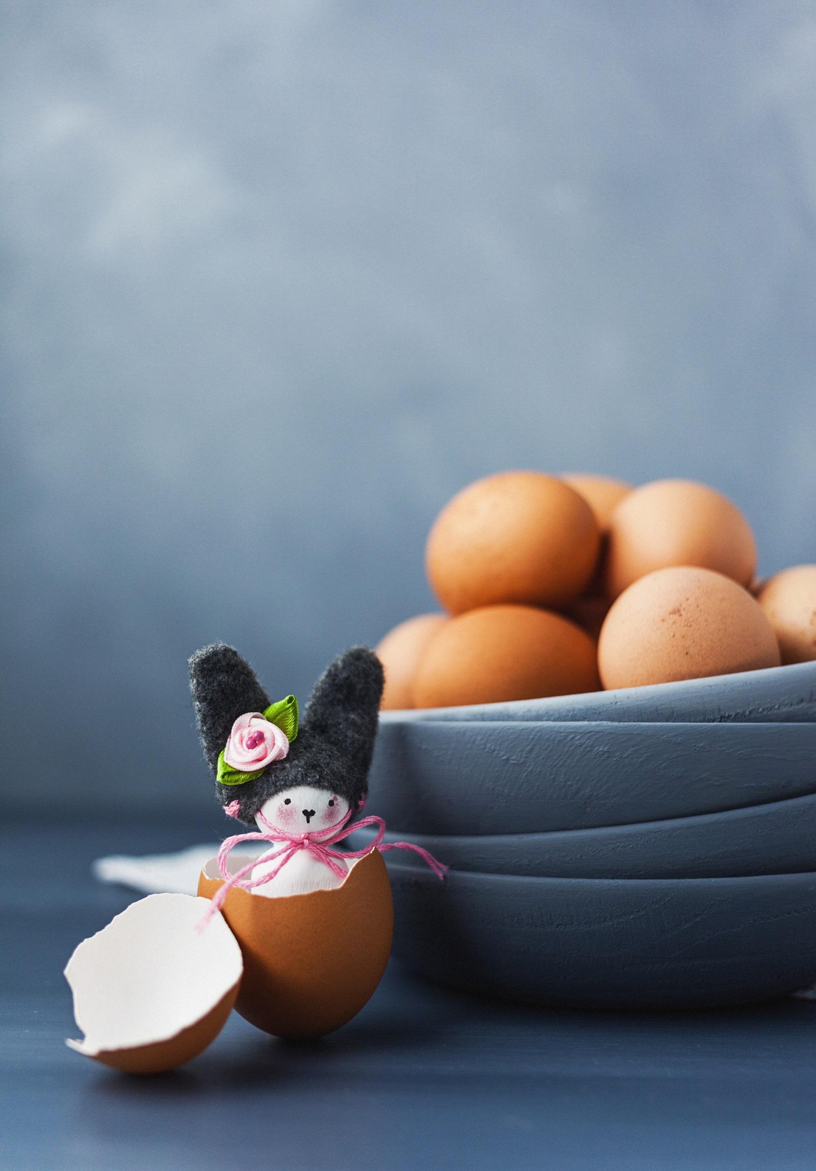 Подаръчета за масата<br /> Зарадвайте гостите си за празника с малки подаръчета, които обаче ще внесат много настроение. В черупка от яйце пъхнете малък сувенир или играчка, украсете с панделка и сте готови.