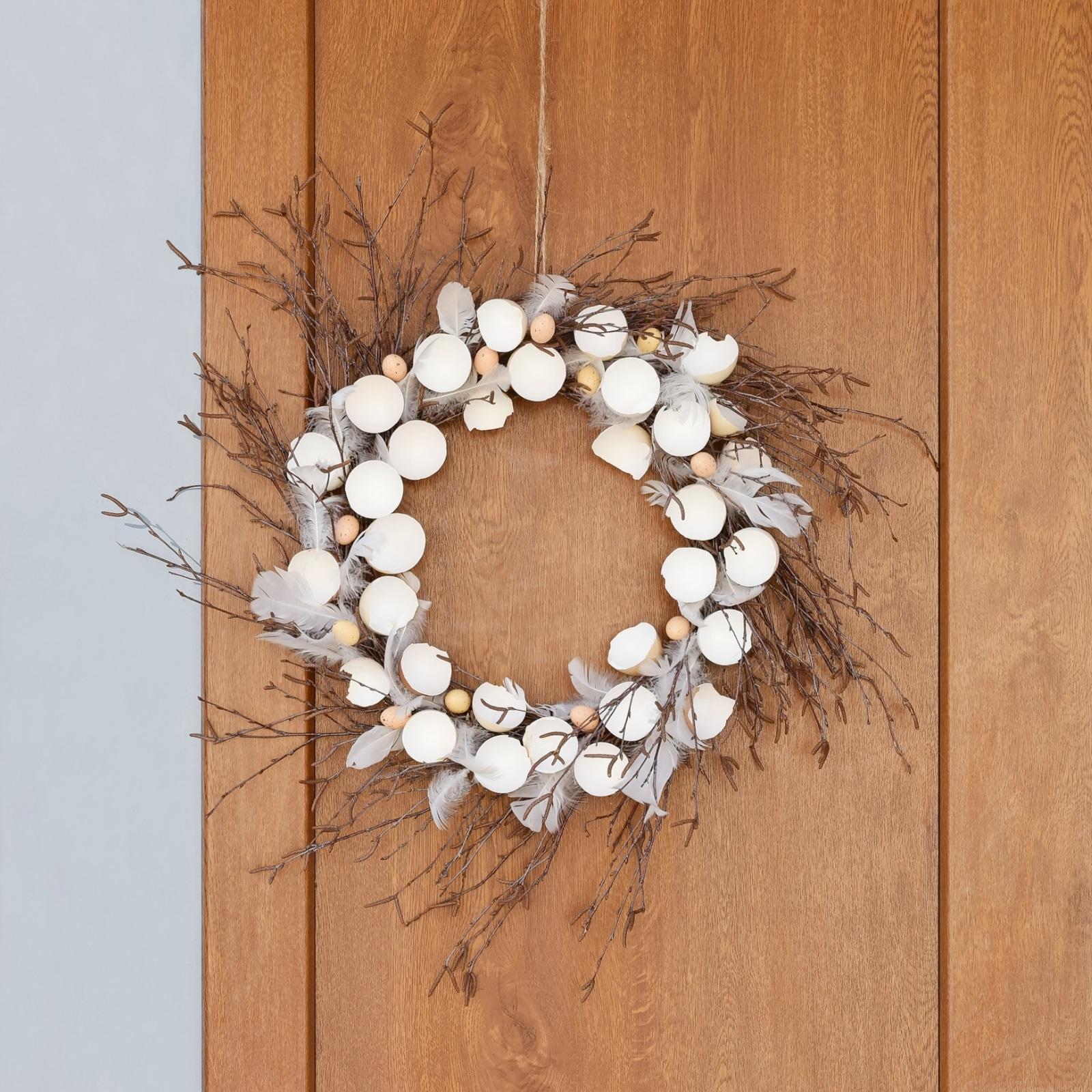 Великденски венец<br /> Вместо да ги хвърлите, използвайте черупките от яйцата, за да си направите красив празничен венец.