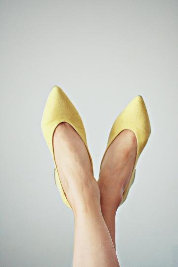<p>Поръсете бебешка пудра в обувктие ви, за да абсорбира неприятната миризма. Освен това можете да разтриете малко количество и върху стъпалата си, за да предотвратите неприятното триене и изпотяване.</p>
