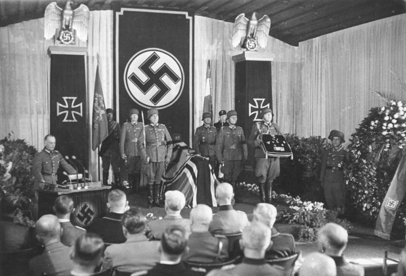 Ген. Ервин Ромел облича военната си униформа за последен път, ръкува се с мъжете, произнесли смъртната му присъда и се качва в колата, чакаща пред къщата. На задната седалка на своята катафалка преглъща капсула цианид и я оставя да подейства. По-късно, както е обещано, той е погребан с държавна церемония и военни почести.