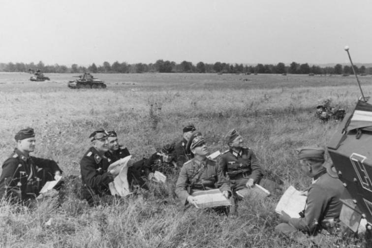 """На срещите за изготвяне на стратегия срещу съюзническото нахлуване през Ламанша в Нормандия Ромел предлага създаване на """"Атлантическа стена"""", мобилизирайки всичките сили на армията, за да пресрещне врага, но Хитлер отказва. През първите месеци той се вслушва само в други генерали. Това огорчава Ромел и го кара да започне да се притеснява за съдбата на Германия."""