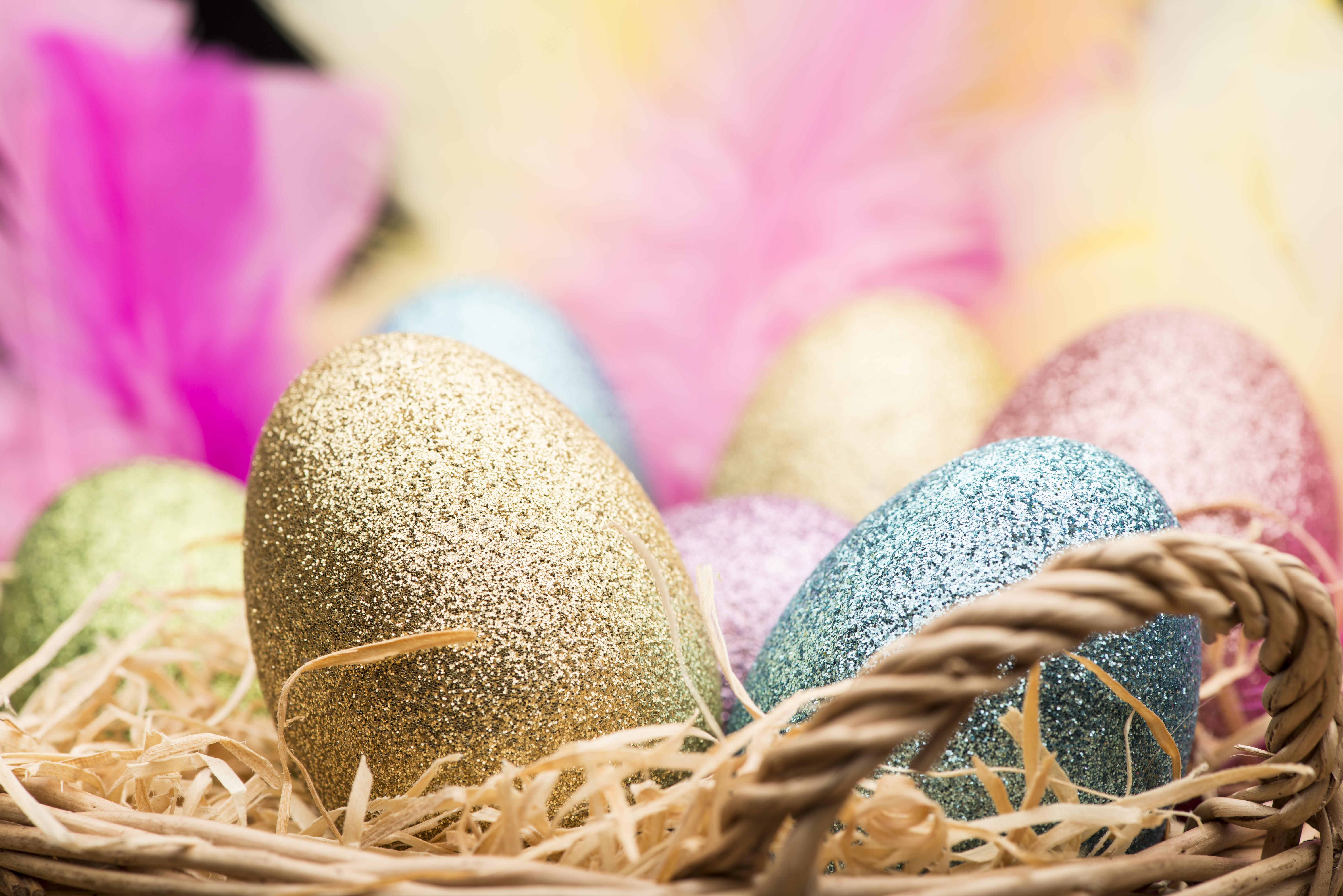 Черупката на яйцето се маже с лепило,а отгоре се посипва с цветен ядлив брокат, докато покрие цялата повърхност.