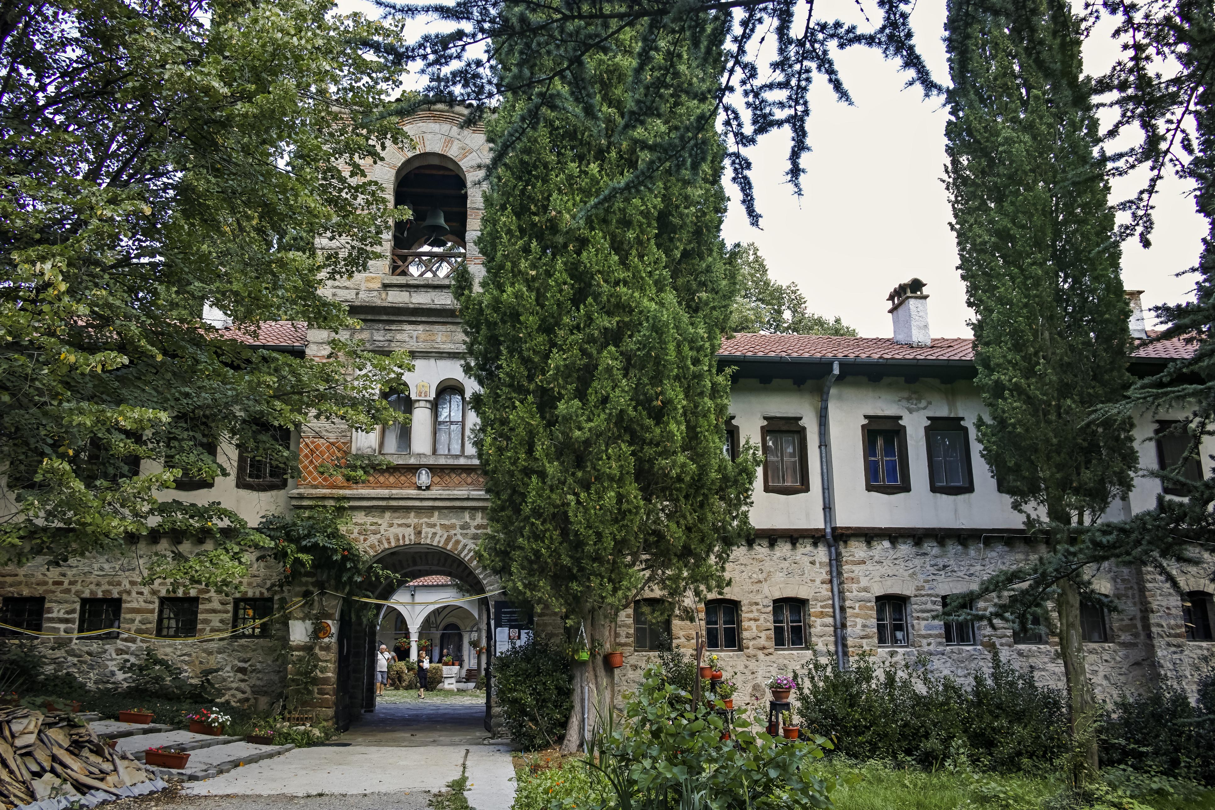 """Мъглижкият манастир """"Свети Николай"""".Манастирът е основан по времето наВтората българска държаваи сведенията за него са оскъдни. Бил е ограбван и разрушаван многократно. Възобновен е за последен път следОсвобождението, а сградите са възстановени във възрожденски стил през1954г. и1969г."""