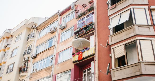 Снимка: Четириетажна сграда рухна в Истанбул, 21 други евакуирани