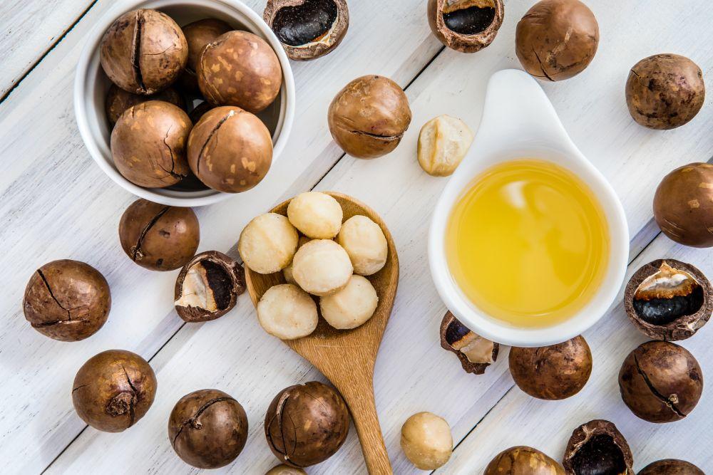 <p><strong>Макадамия&nbsp;(известна още като австралийски орех)</strong></p>  <p>Най-висококалоричната ядка, със специфичен вкус и редица полезни свойства. Добър източник е на протеини, въглехидрати, диетични фибри, калий, калций, желязо, селен, както и на витамини от група B и витамин PP. Помага при артрит, диабет, метаболитни нарушения, мигрена, хипертония. Намалява нивото на &ldquo;лошия&rdquo; холестерол в кръвта, предпазвайки от сърдечно-съдови заболявания. Маслото от макадамия е едно от най-предпочитаните в козметиката, заради силно защитаващите и подмладяващите му свойства.</p>