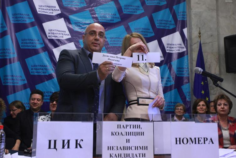 ЦИК проведе жребий за определяне на поредните номера на кандидатските листи на партиите, коалициите и инициативните комитети, регистрирани в ЦИК в бюлетините за гласуване в изборите за членове на Европейския парламент.