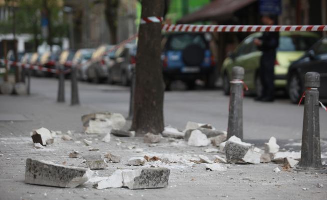 Част от фасада на сграда се срути в центъра на София