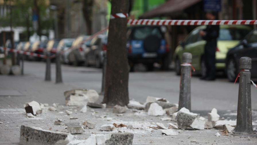 <p>Част от фасада на сграда се срути в центъра на София</p>