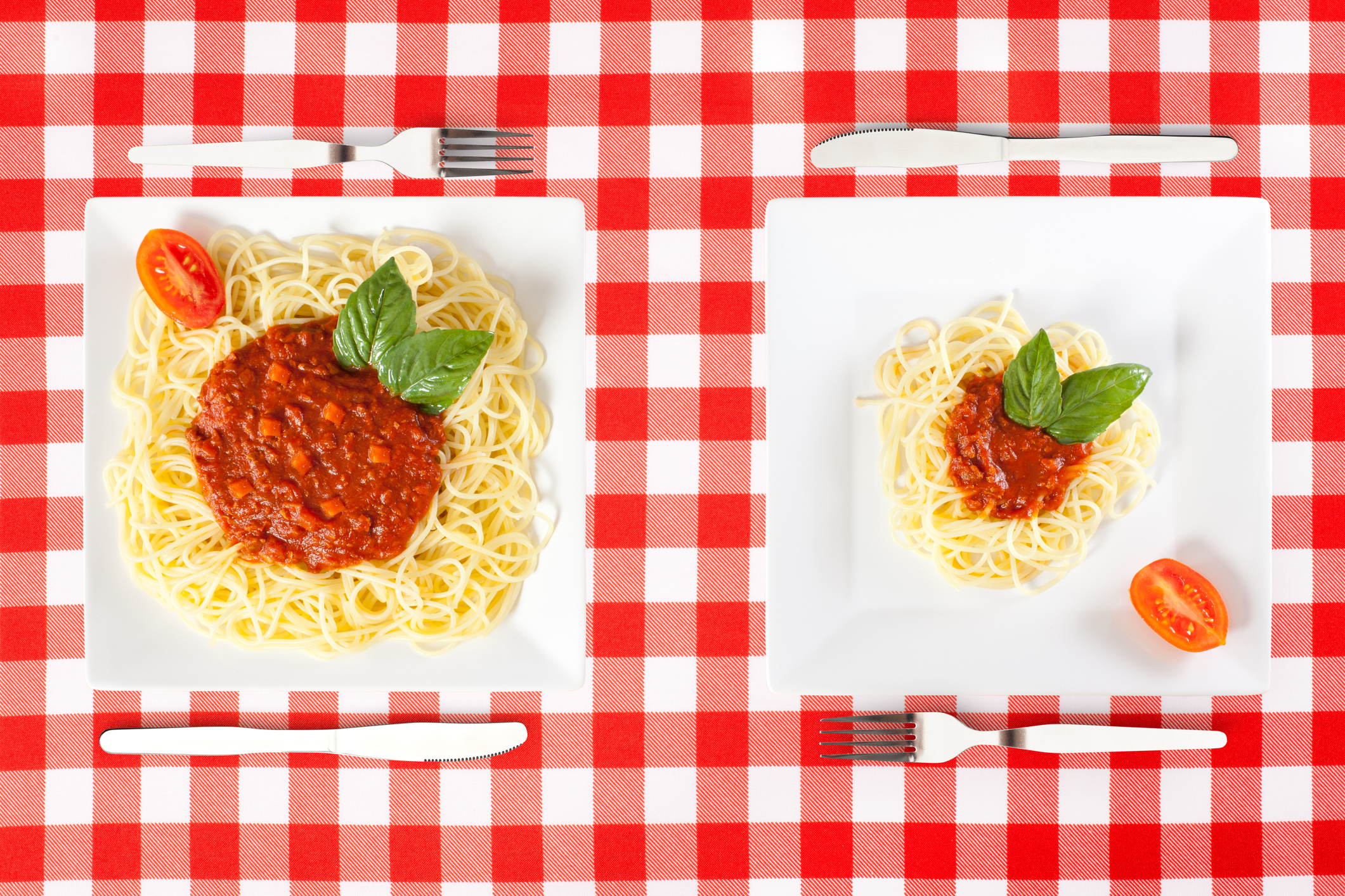 Яжте в малки чинии и пийте в издължени чаши<br /> Хората обичайно изяждат порцията си от глад или за да не се изхвърли. И в двата случая изяждаме толкова, колкото има в чинията. По-големи порции означават повече храна в стомаха, по-малки порции съответно по-малко и съвсем достатъчно. Ако пиете сок (въпреки че най-добре вода, без значение от големината на чашата!) в ниски и широки чаши, е по-вероятно да ви се струва малко и да изпиете няколко чаши, пълни със захар и калории. Една издължена чаша от друга страна създава илюзията за повече течност и би ни ограничила в наливането с цветен захарен концентрат.