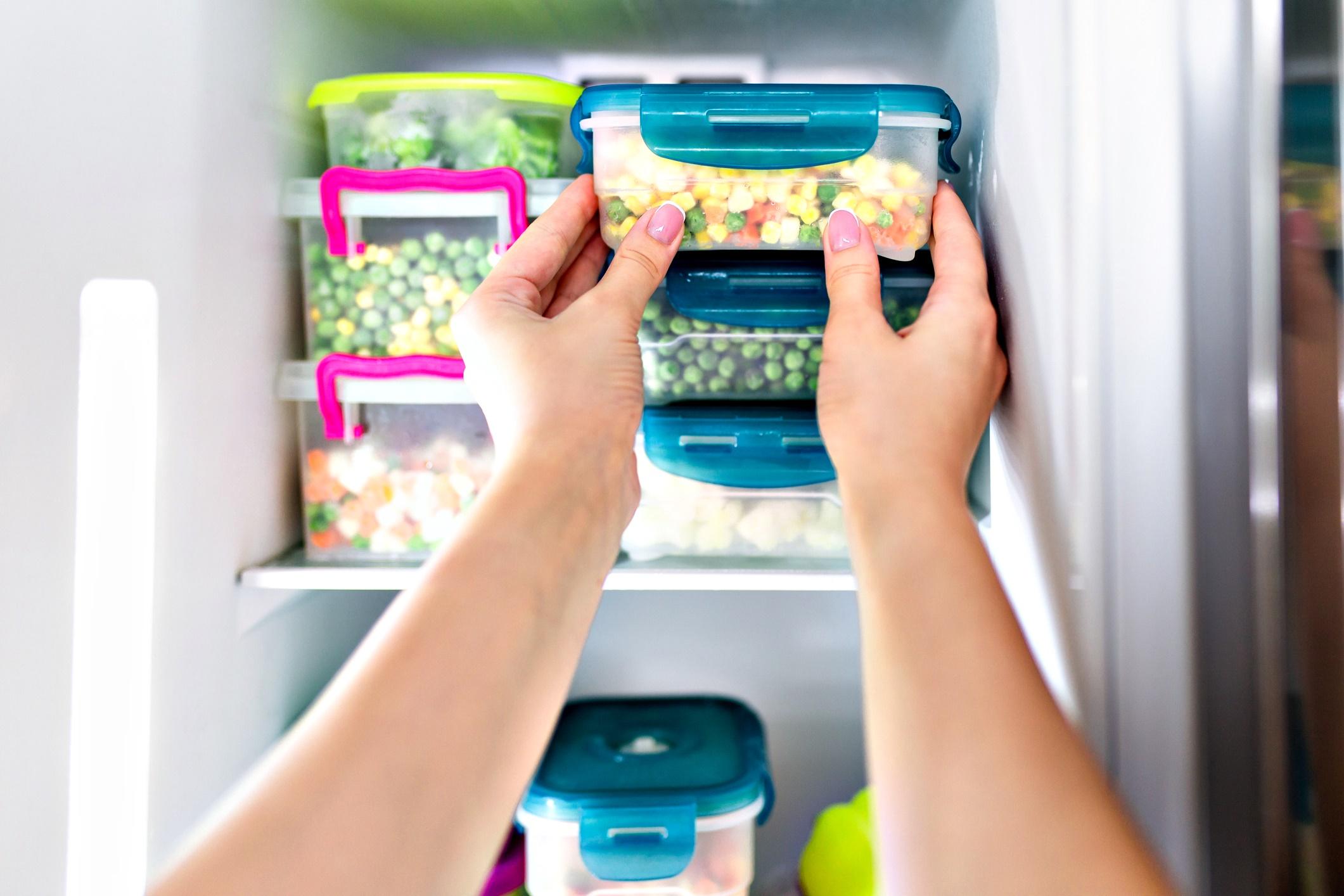 Разделяйте храната на порции<br /> Не складирайте литри и килограми храна в големи кутии, а ги разделете на малки единични порции. Така храната ще се изяде, а вие няма да се тъпчете.<br /> Ако пък остатъците от празничните трапези са твърде много…<br />