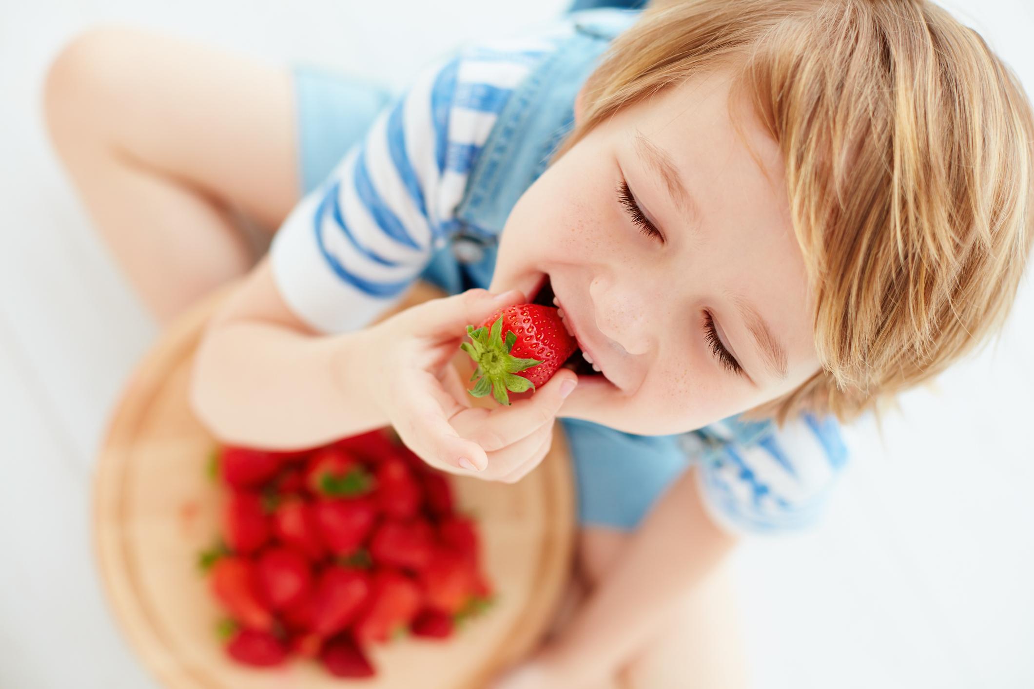 Не късайте дръжките<br /> Отстранявайте дръжките на ягодките по време на консумация, а не по-рано.