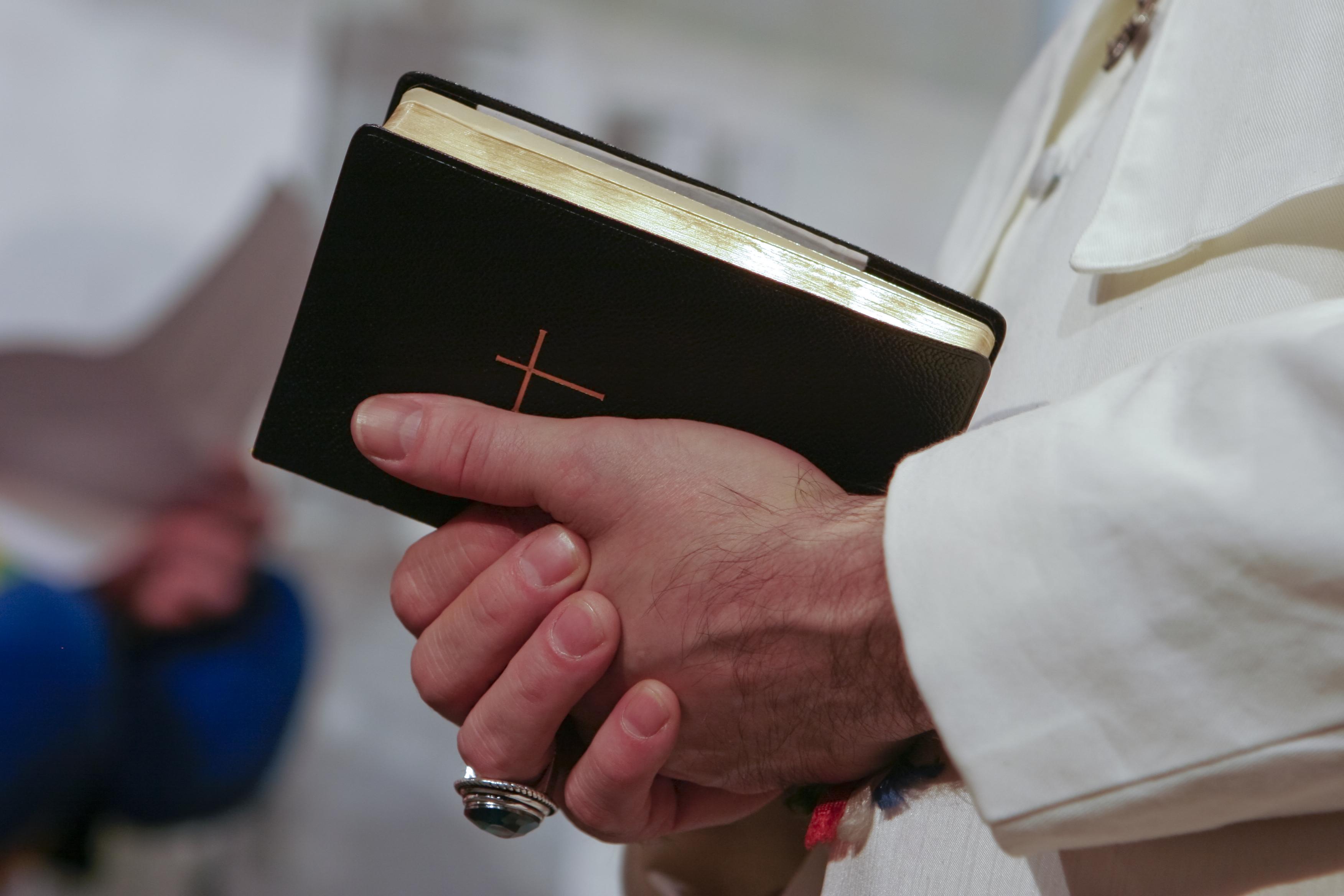 Православната църква няма еквивалент на папата<br /> В Православната църква най-висш е патриархът, а в Католическата – папата. Разликата между двамата архиепископи е, че папата има не само институционно върховенство над всички католически църкви по света, но и до голяма степен духовно върховенство.<br />