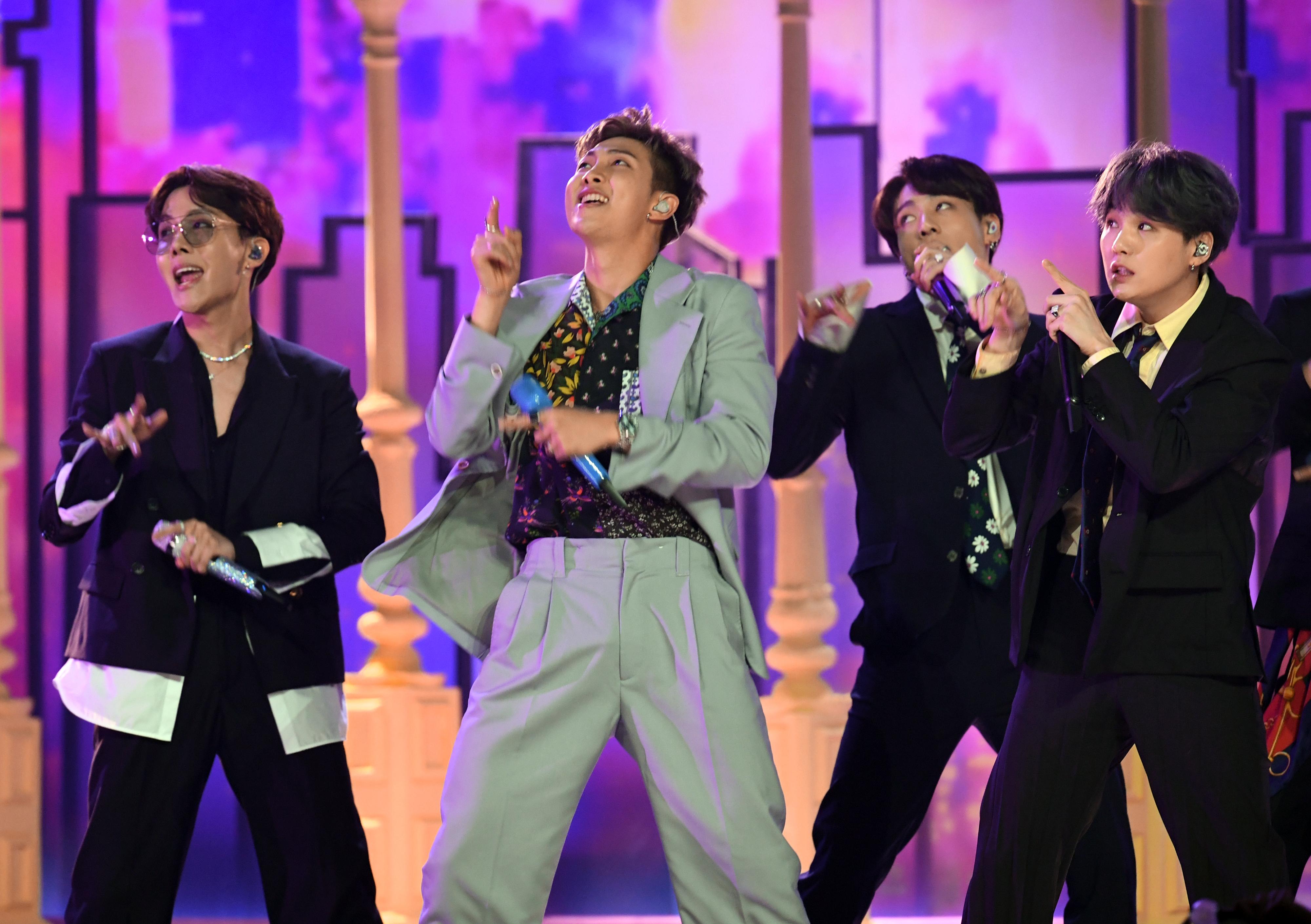 Кейпоп бандата Би Ти Си получи наградата в категорията най-добър дует/група. Групата Имаджин Драгънс спечелиха наградата за най-добри рок изпълнители.