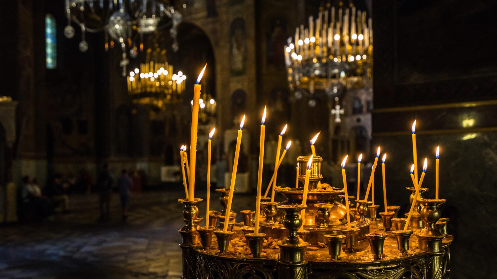 <p>Православната църква почита на 17 януари паметта на Преподобния Антоний Велики. Празникът е наричан от народа Антоновден. Според българската народна традиция Антоновден се празнува за предпазване от болести. На този ден жените не предат, не плетат, не варят боб и леща, за да не разсърдят чумата, шарката и &quot;синята пъпка&quot;.</p>