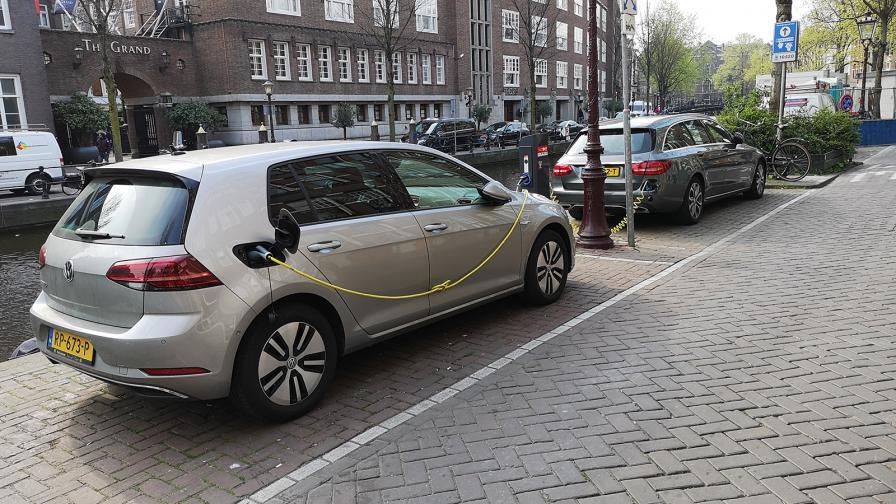 Най-добре развитата мрежа от зарядни станции има Холандия, където на 100 км има средно 19,3 станции.