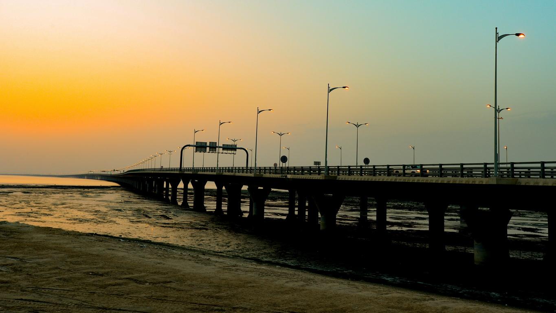 """36 километровият мост (три четвърти от него е над вода) свързва Кувейт сити със северния пустинен район Субия, където Кувейт смята да създаде """"Копринен град"""", проект който свързва заливът с централна Азия и Европа."""