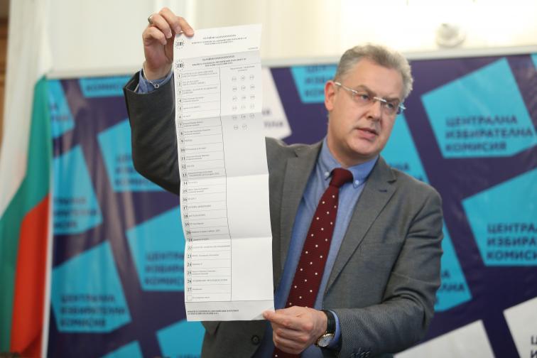 В сравнение с бюлетината от предходните избори за европарамент, в тази има секция, в която избирателят може да посочи, че не подкрепя никого, а преференциите в дясната част на бюлетината са изписани с три цифри, докато партиите и коалициите са с по две.