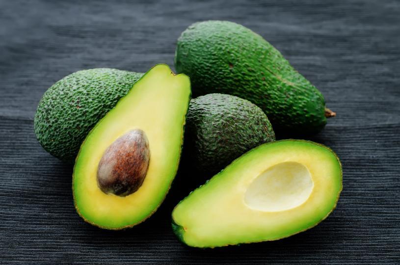 <p>Авокадо<br /> <br /> Авокадото е богато на полезни мазнини, сред които мононенаситени мастни киселини. Замяната на част от въглехидратите в храненето с тях съществено подобрява контрола над кръвната захар.</p>