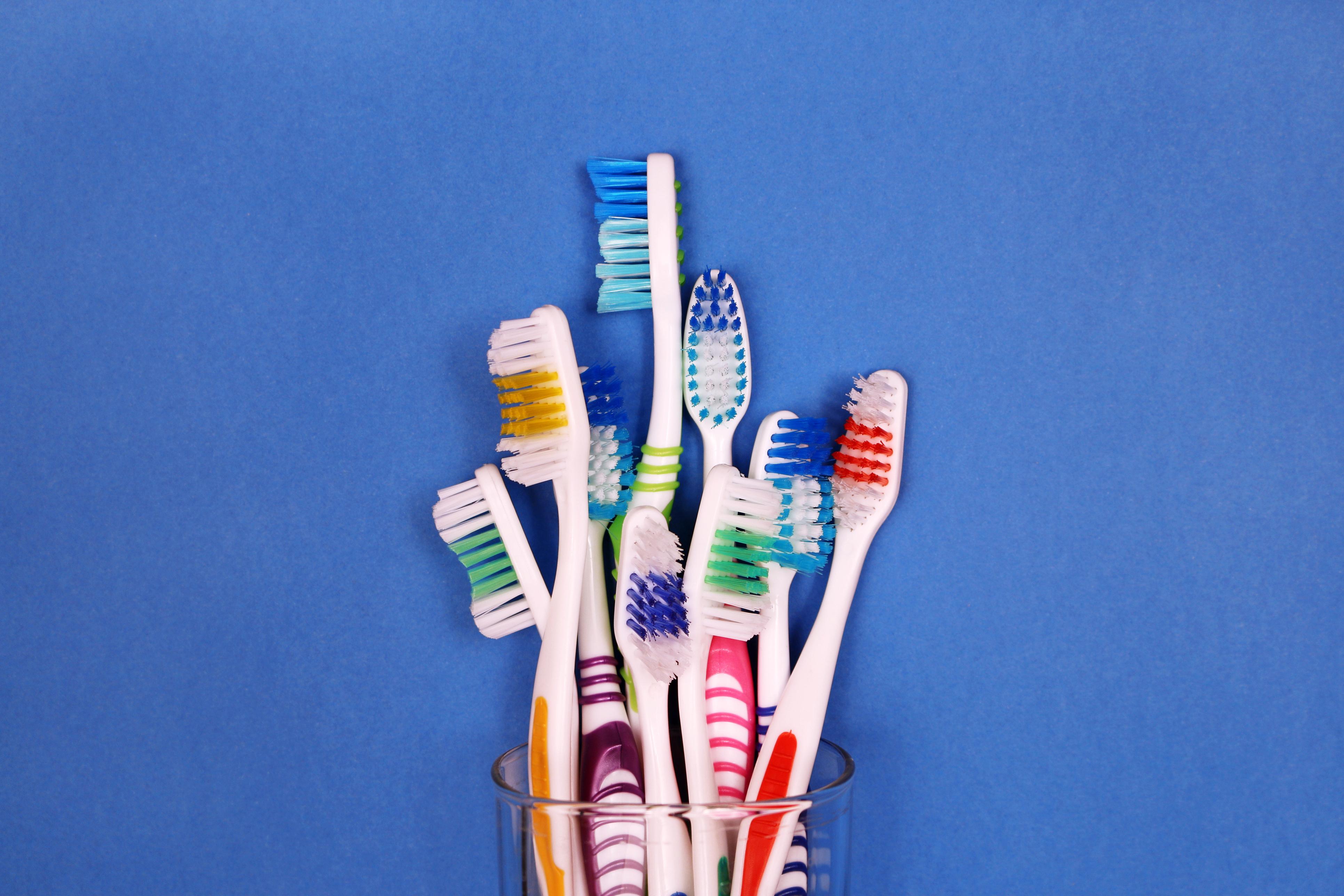 За маникюр.<br /> За по-смелите момичета четката за зъби може да бъде верен помощник и за един малко по-щур маникюр! Върху телесна основа избираме ярки цветове за комбинация и смело с четка за зъби изрисуваме пръски - много модернистично и авангардно, нали?