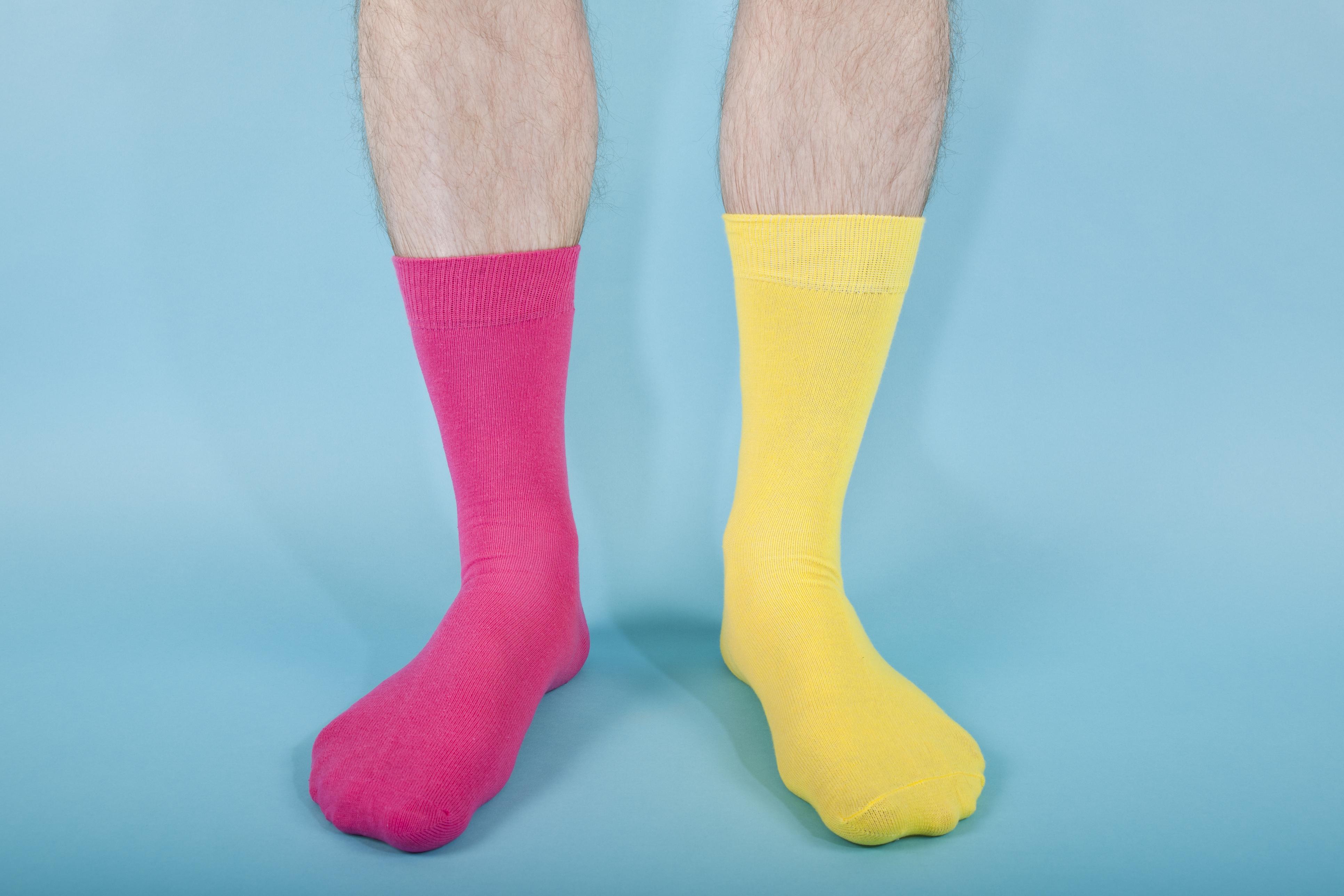 За сортирането на чорапки. Ако искате чорапките ви да бъдат прилежно подредени по чифтове и да не заемат много място, сложете ги един върху друг, загладете и завийте на руло. Подпъхнете от едната страна и се получава симпатично пакетче, което заема двойно по-малко място, ако просто ги направим на топка.