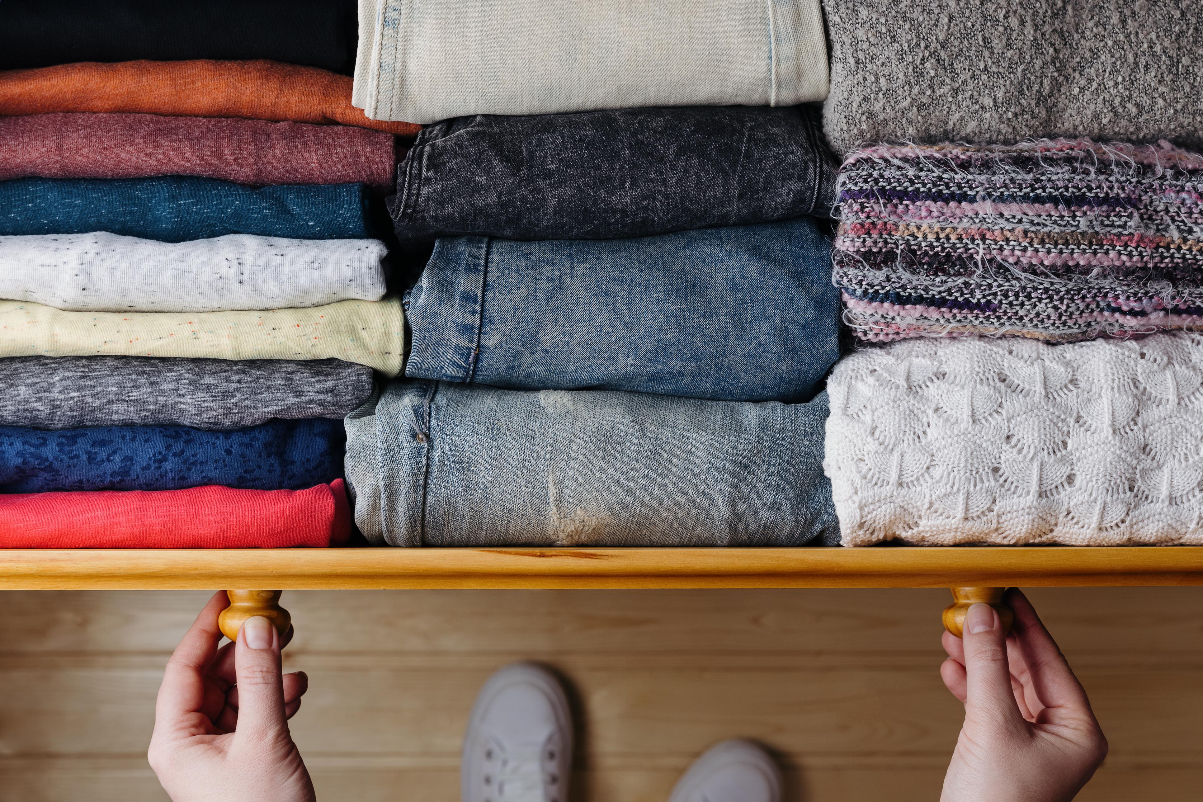 За удобство при избора на дънки Ако имате много дънки и панталони, не ги трупайте на куп, защото честно като вадите долен чифт, горните се разместват и става голямо мазало. Използвайте трика с чорапките и завивайте панталоните на руло - много по-удобно е!