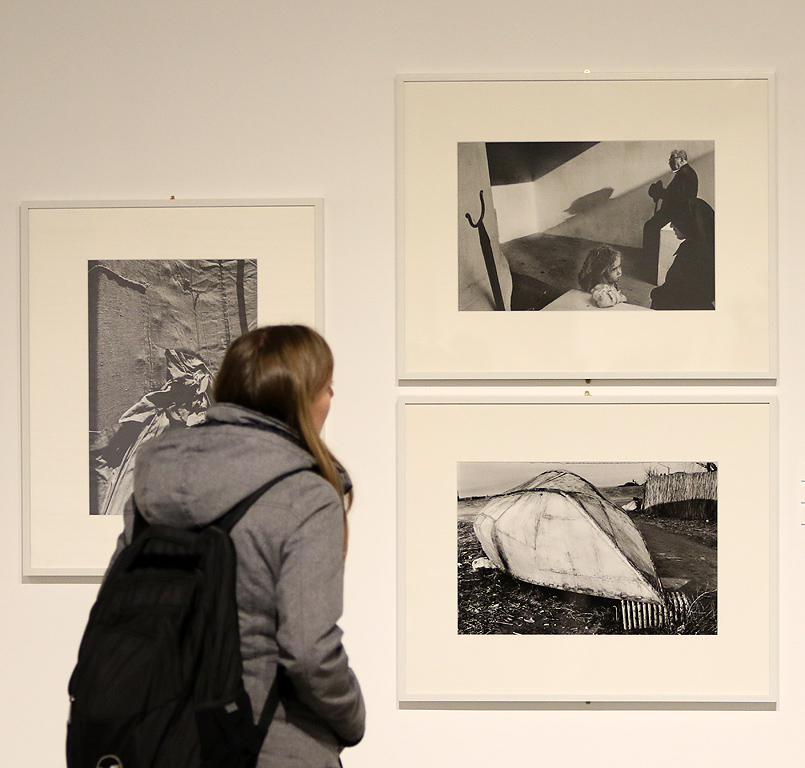 Неговото творчество представлява връзка между художествената фотография и фотожурналистиката и илюстрира поетично един живот на скитничество от Ирландия до Италия, от Испания до Полша.