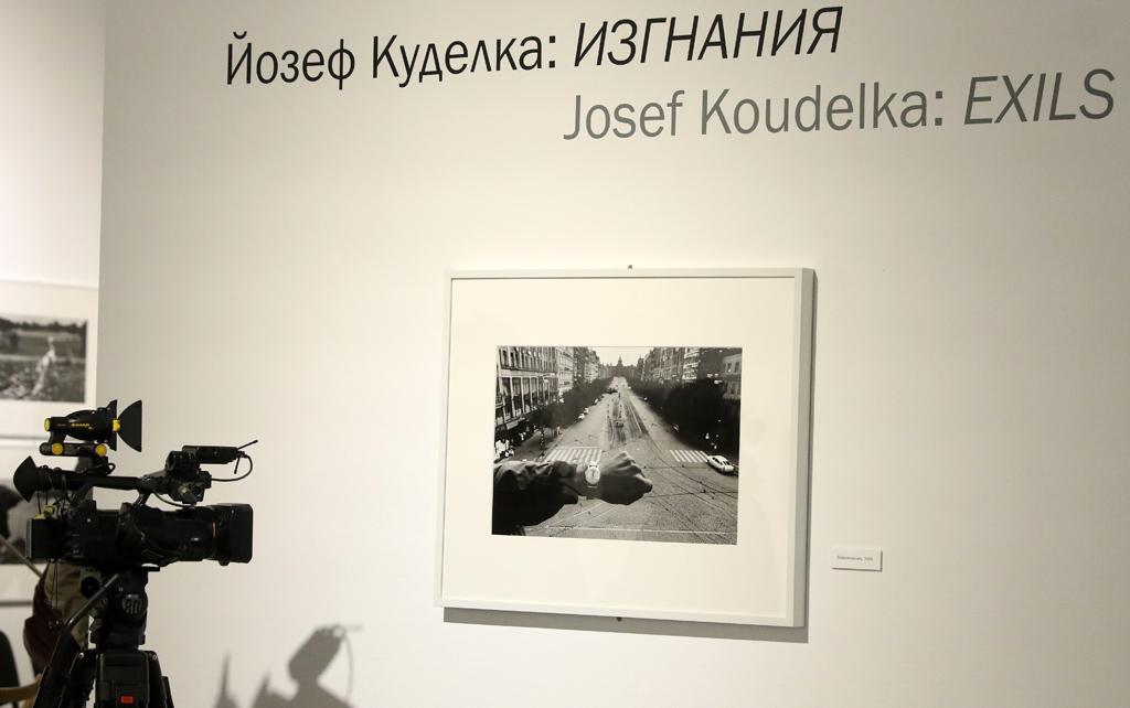 Темите, които са обект на неговото творчество и биват проследени в изложбата са: изгнаничество, номадство, политически и социални конфликти, природата,  променена от човешката дейност и др. Изложените знакови творби от 60-те, 70-те, 80-те и 90-те години разкриват дълбоко хуманния характер на неговото творчество.