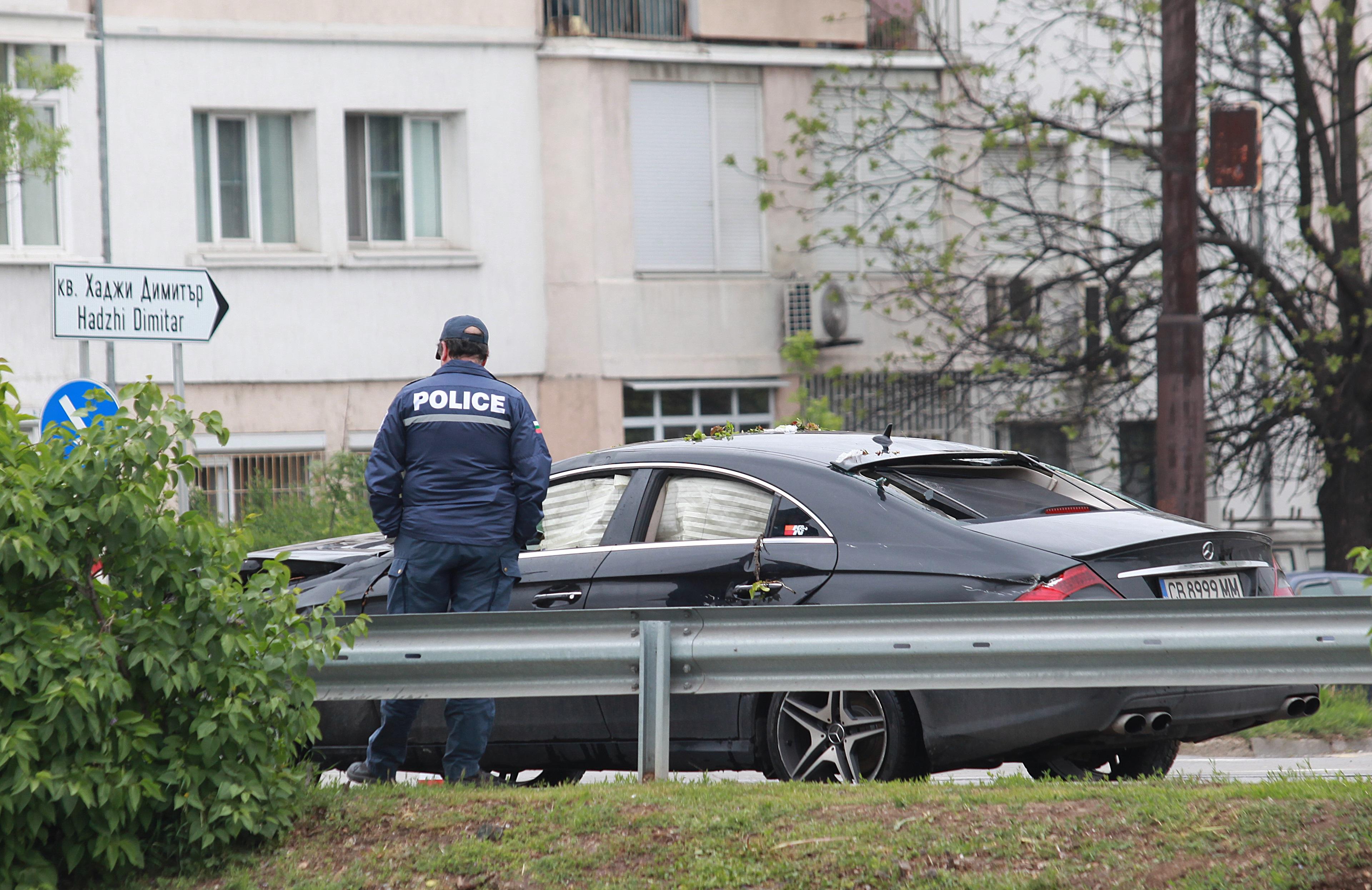 """Кола блъсна четири деца, след което се преобърна в река в София. Пострадали са три момичета на 17 години и едно момче на 16. Едното от децата е с открита фрактура, разказаха очевидци. Две от децата паднали в реката след сблъсъка, те имат височинни травми. Инцидентът станал на бул. """"Владимир Вазов"""", в близост до стадион """"Георги Аспарухов"""". Сигналът е подаден в 13.45 ч."""