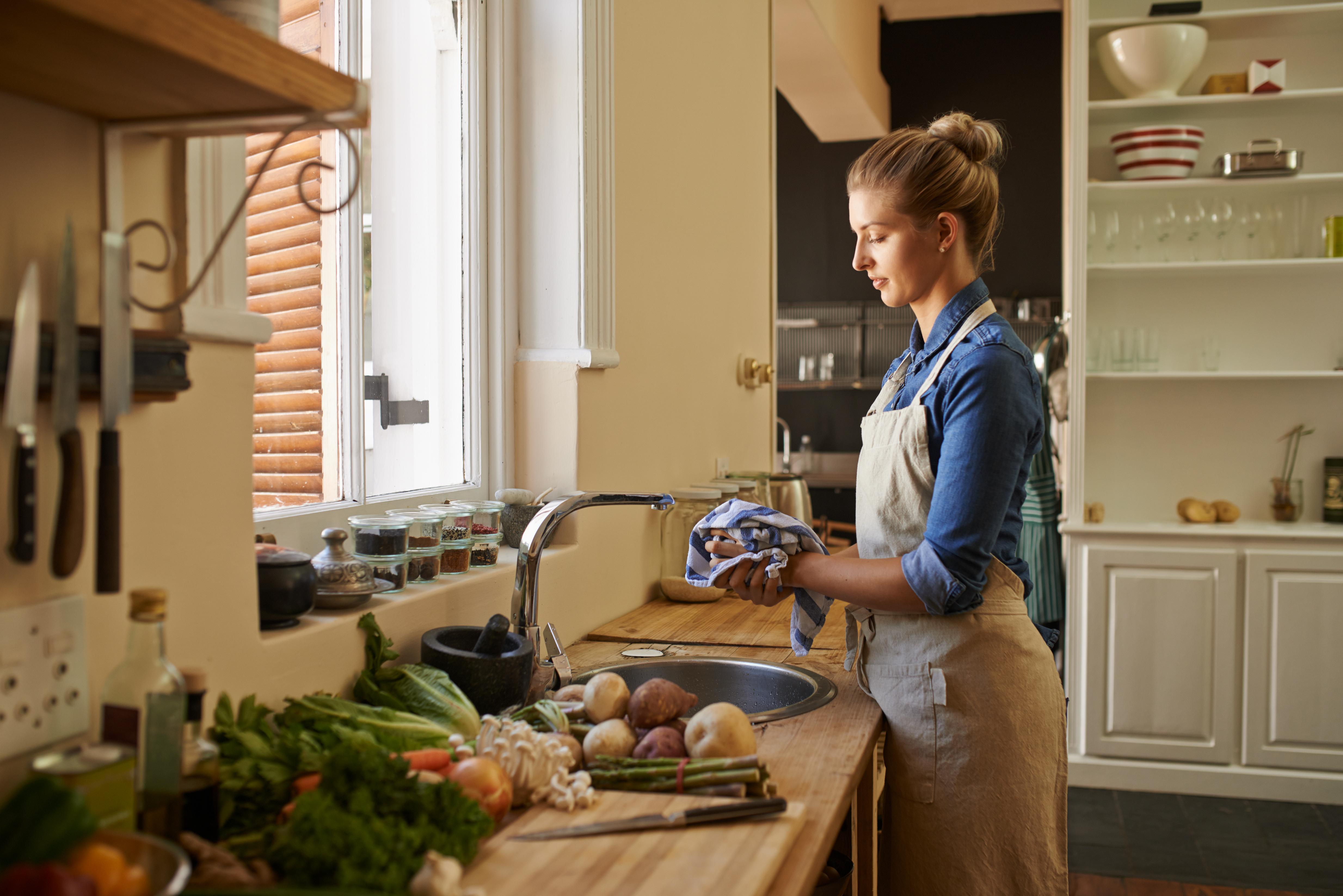 Кухненската кърпа.<br /> Замисляли ли сте се колко често и дори несъзнателно избърсвате ръце в кърпата, докато готвите? Със сигурност не винаги сте ги измили със сапун преди това. Самата кухненска кърпа е мокра през по-голямата част от времето. Това благоприятства за развитието на бактерии в нея. Затова по-добре използвайте кухненски ролки с хартия. Ако подсушавате чиниите с кърпа, то използвайте за тази цел специално парче плат. Друг вариант - перете често кърпите в кухнята.
