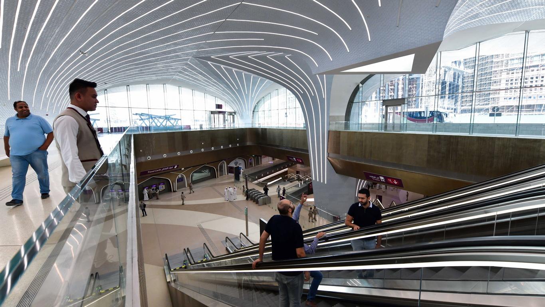 """Откриване на южната червена линия на метрото в Доха в Катар, станция """"Ал Касар"""". Страната от Персийския залив се подготвя за домакинство на световното първенство по футбол през 2022 година. Пълната мрежа на метрото, трябва да бъде открита през 2020 г., ще се състои от три линии - червена/Red, зелена/Green и златна/Gold и ще има 37 станции."""
