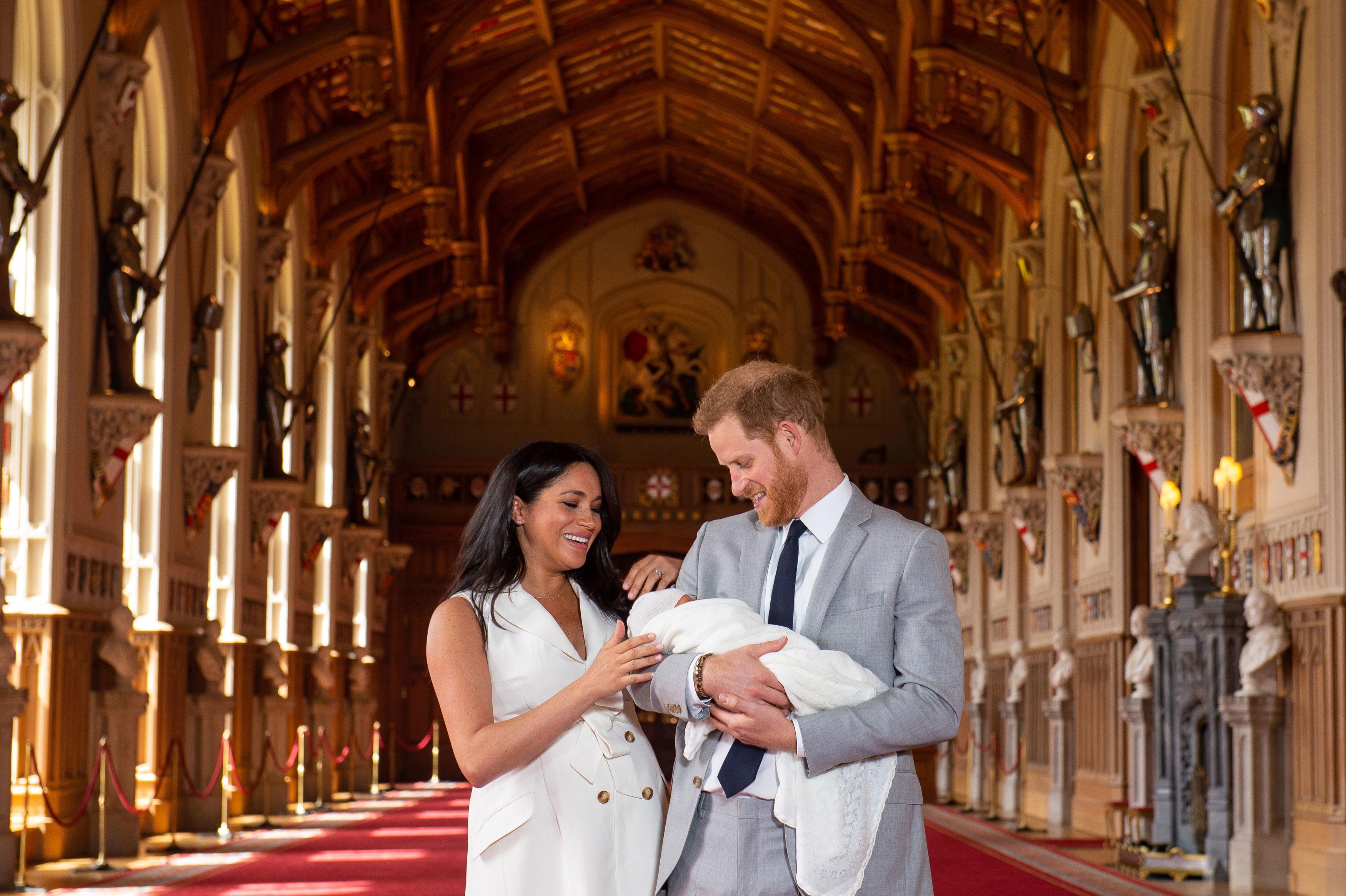 Херцозите на Съсекс принц Хари и съпругата му Меган Маркъл показаха първородния си син, който се роди рано сутрин в понеделник, 6 май