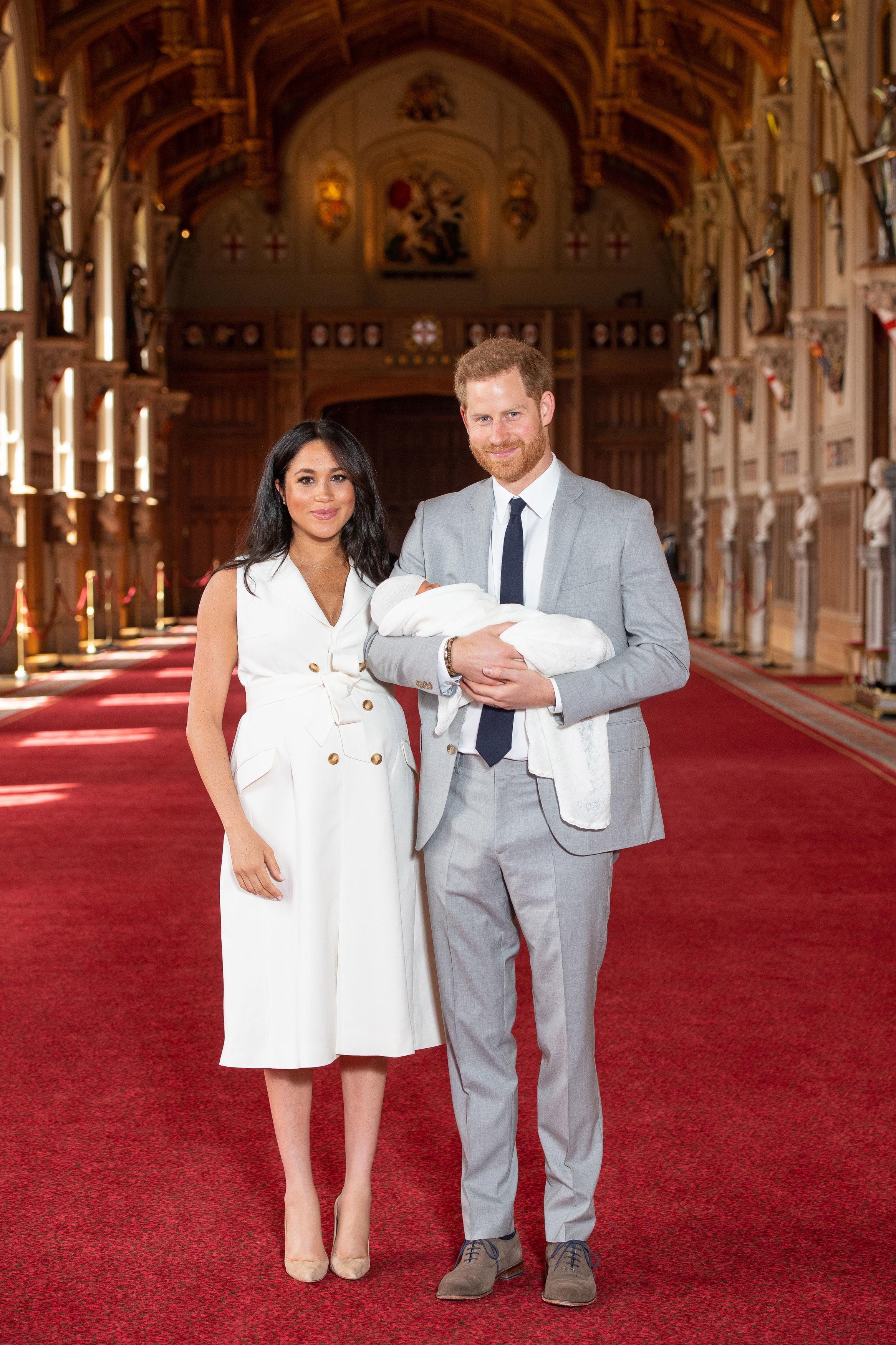 """Говорейки за техните първи дни като родители Меган сподели """"магическо е, направо невероятно. Имам двамата най-добри мъже в света, така че съм наистина щастлива"""".<br /> """"Страхотно е. Родителството е невероятно"""", добавя херцогът."""