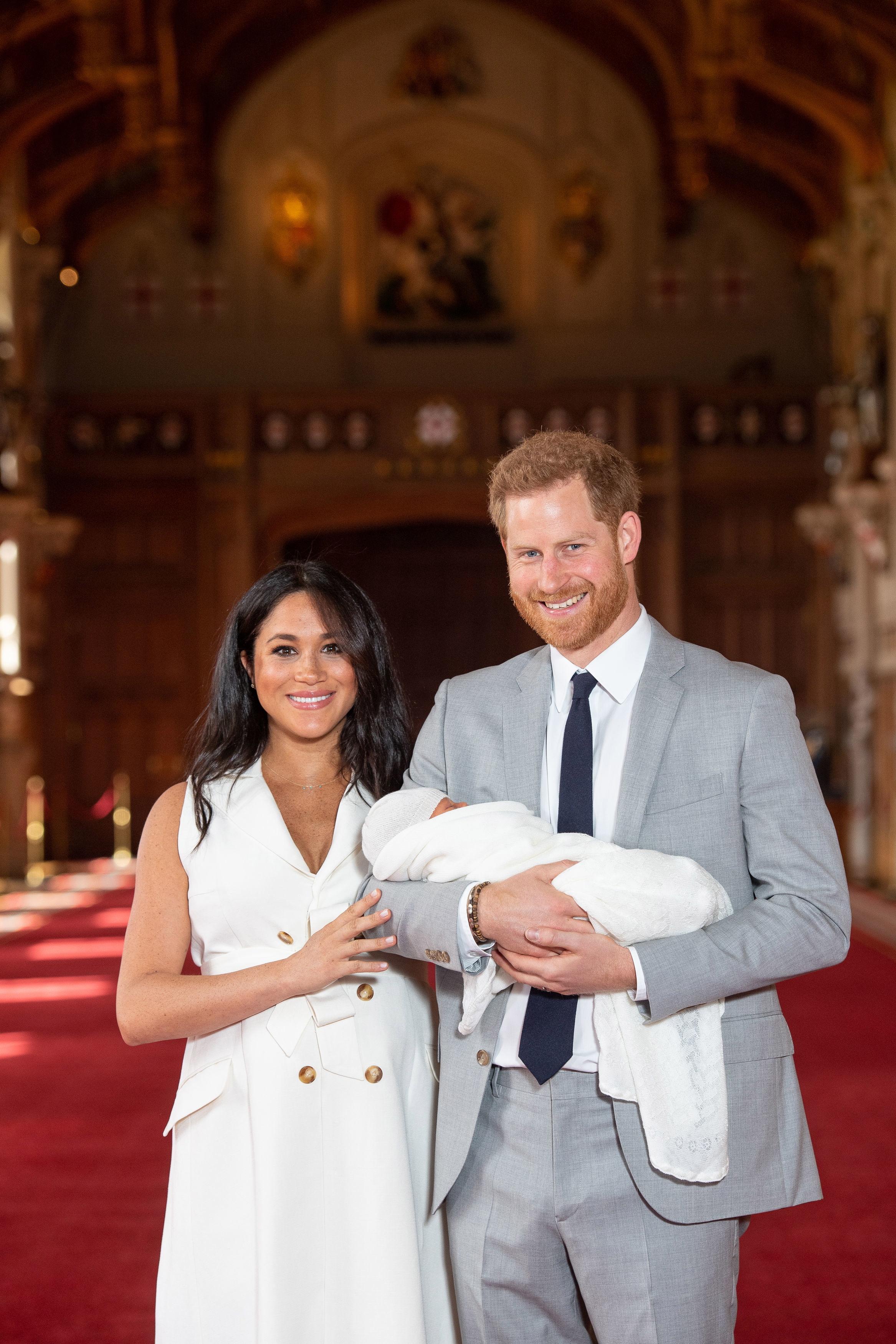 """След това двамата родители се засмяха и принц Хари каза, """"ние знаем от кого от двамата е взел това"""".<br /> Двойката потвърди, че ще представят по-късно днес на Кралицата нейното осмо и най-малко правнуче по-късно."""