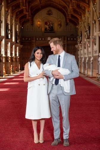 Херцогът и херцогинята на Съсекс най-сетне показаха своето първо дете в двореца Уиндзор. Херцогиня Маркъл роди в понеделник (6 май).