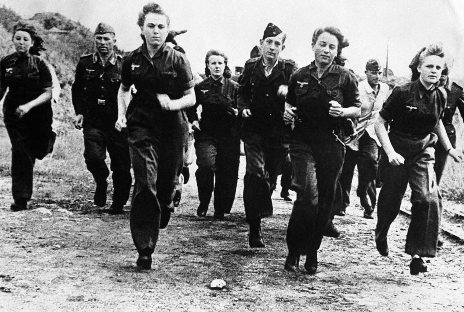 7 декември 1944 г.:с напредването на войната все повече жени се присъединяват към Луфтвафе (германските военновъздушни сили)