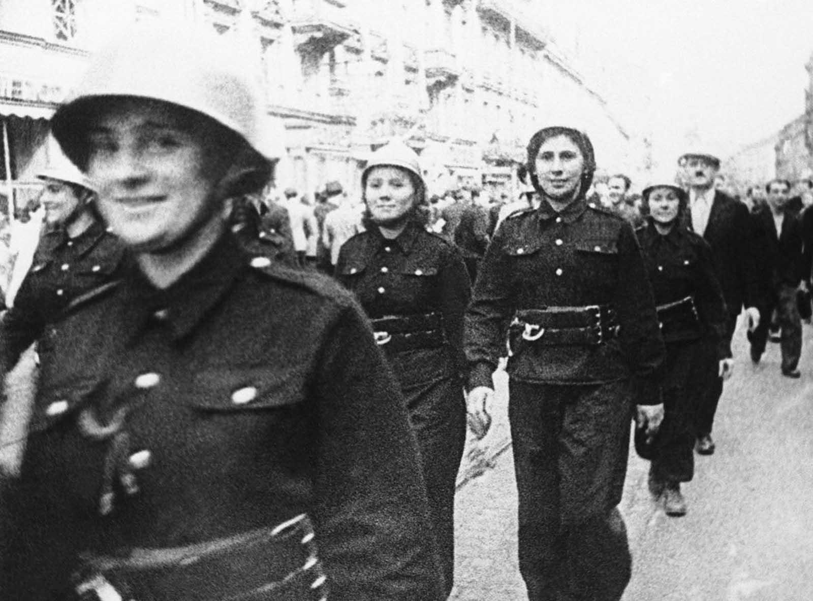 16 септември 1939 г.: Жените във военна униформа гордо маршируват по улиците на Варшава, готови да отбраняват страната си редом до мъжете.