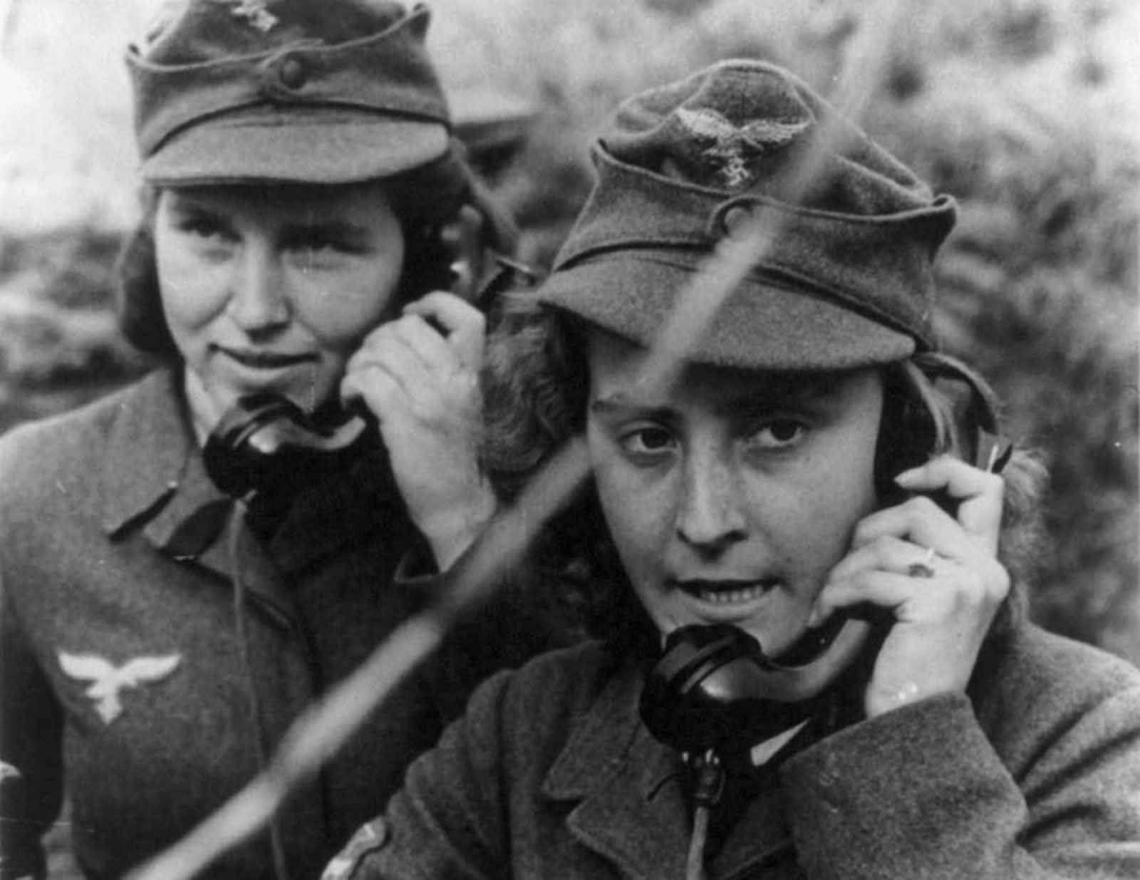 Две жени от германската анти-въздушна артилерия оперират по телефона