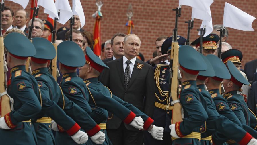Русия отбелязва на 9 май 74-та годишнина от победата във Втората световна война над нацистка Германия и нейните съюзници. Съветският съюз загуби 27 милиона души във войната.
