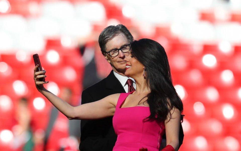 """Съпругата на боса на Ливърпул рита по токчета на """"Анфийлд"""""""