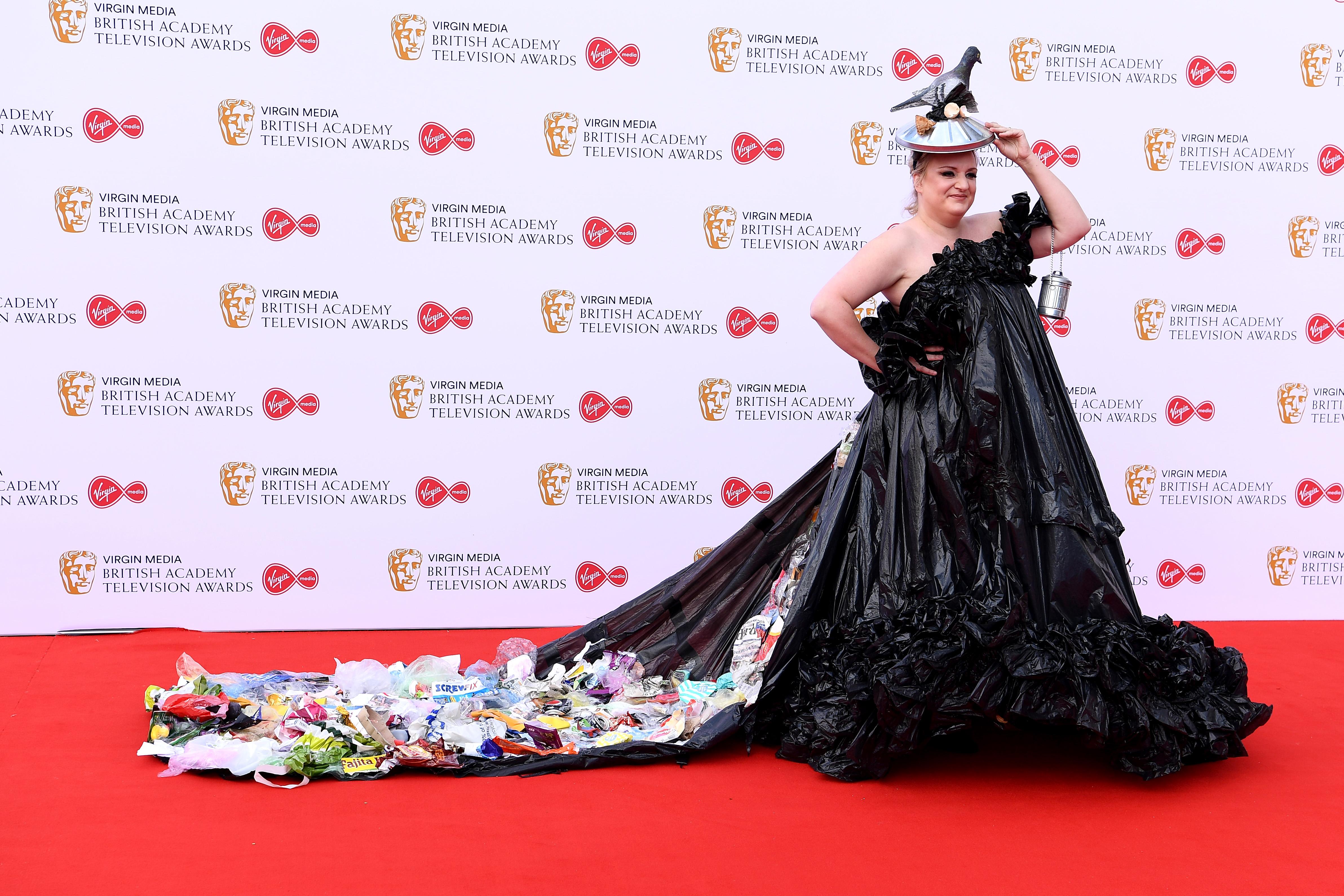 Дейзи Мей Купър предизвика истински фурор с облеклото си по време на телевизионните награди БАФТА тази година. Купър беше номинирана за най-добро комедийно изпълнение, но не взе награда. Тя се появи на червения килим с рокля от черни чували за боклук по модел на майка ѝ
