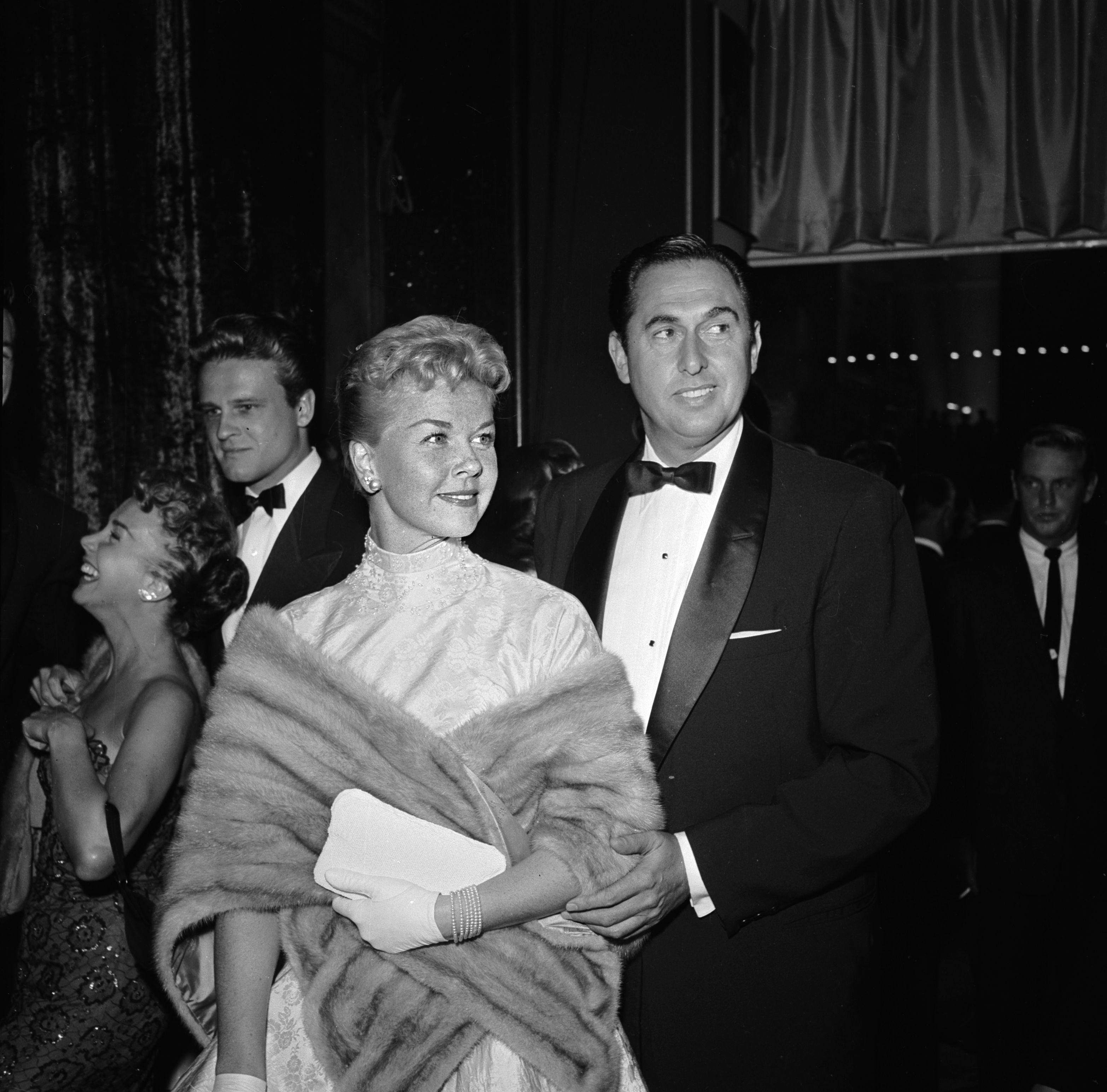"""Зрителите ще запомнят Дорис Дей с нейния контраалт, с ослепителната й красота и сияйна усмивка. В холивудската класика фигурират филми с нейно участие като """"Интимен разговор"""" (1959) и """"Магията на лукса"""" (1962), както и песента й """"Whatever Will Be, Will Be (Que Sera, Sera)"""" от филма на Алфред Хичкок """"Човекът, който знаеше твърде много"""" (1956)."""