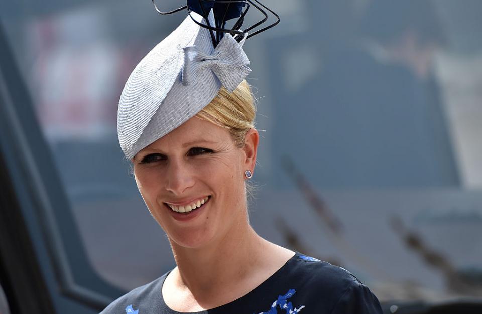 Зара Тиндъле една от братовчедките на Уилиям и Хари, която доста по-рядко от тях попада под светлината на прожекторите., А има за какво най-голямата внучка на британската кралица Елизабет IIe световеншампион по конна езда за 2006 година., Зара е на 38 години и едъщеряна британскатапринцеса Ана, която пък е дъщеря на Кралицата (и всъщност е единствената дъщеря на британския монарх).