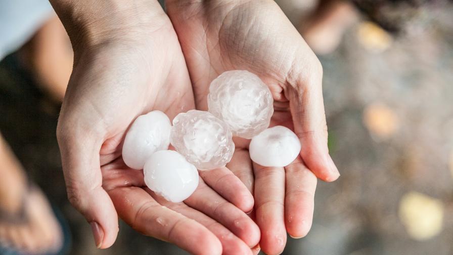 Буря и градушка колкото лешник удари Северна България