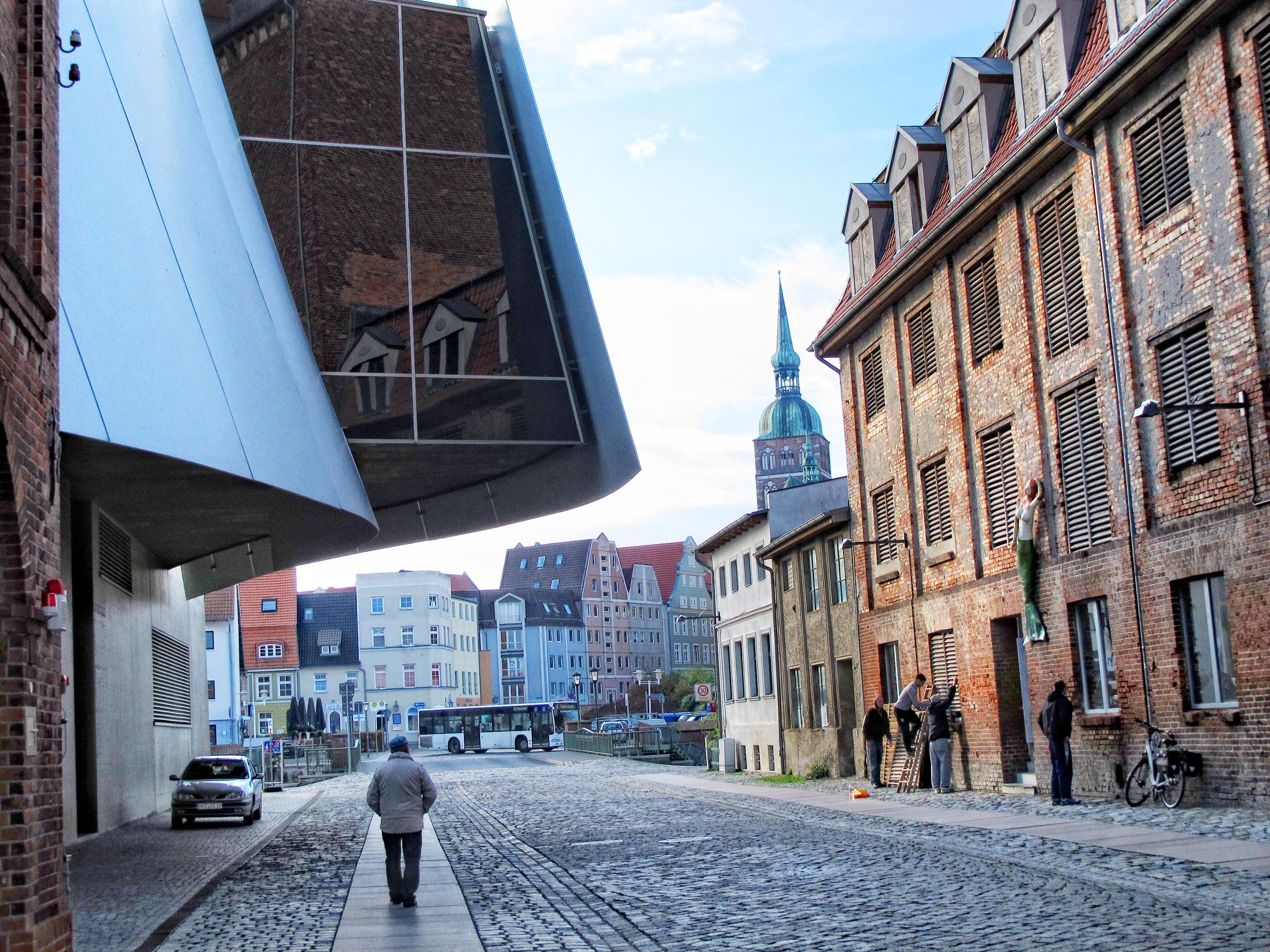 """Щралзунд<br /> В Щралзунд на Балтийско море се вижда може би най-добре как са изглеждали градовете от Ханзата по време на техния разцвет през 14 век. Средновековният градски център на Щралзунд е почти напълно запазен. Между старите пристанищни складове е изграден модерният музей """"Ozeaneum"""", в който посетителите се потапят в дълбините на Балтийско и Северно море."""